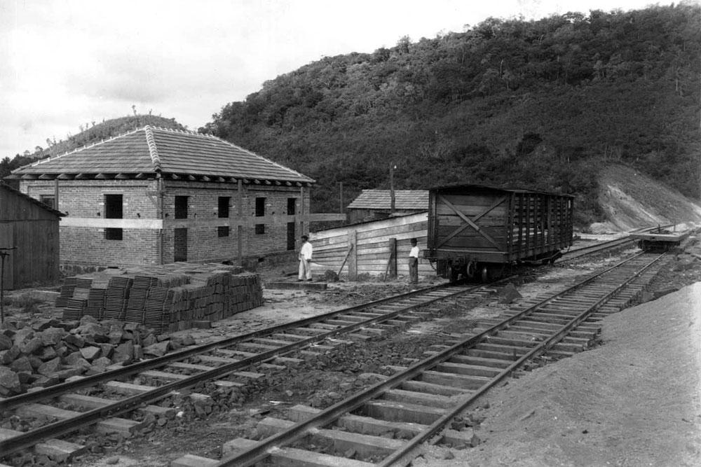 """As residências da Rede na beira dos trilhos eram chamadas de """"casas de turma"""". (Foto: Acervo do Instituto Histórico e Geográfico do Paraná)"""