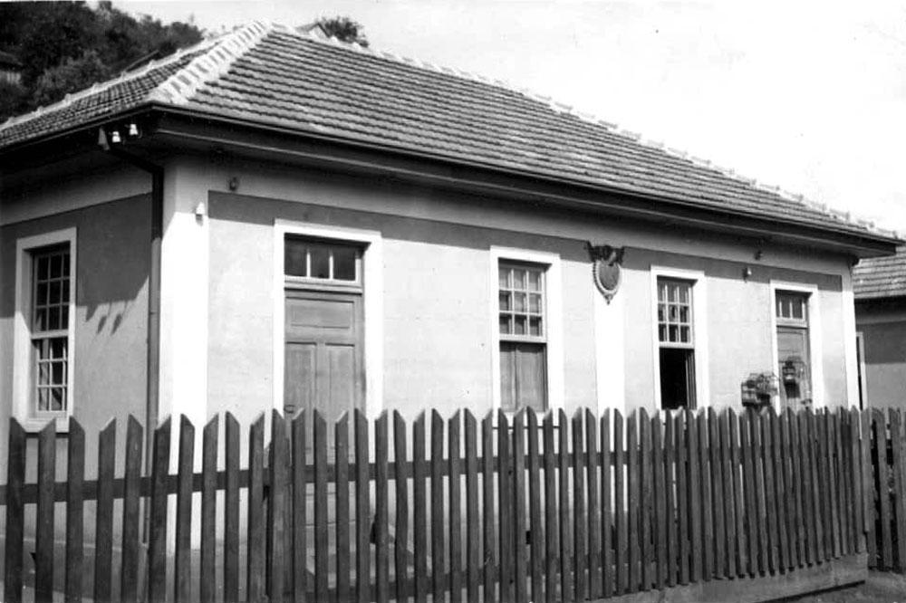 Casa construída para comportar duas famílias. Repare na fachada espelhada e no símbolo da RVPSC. (Foto: Acervo do Instituto Histórico e Geográfico do Paraná)