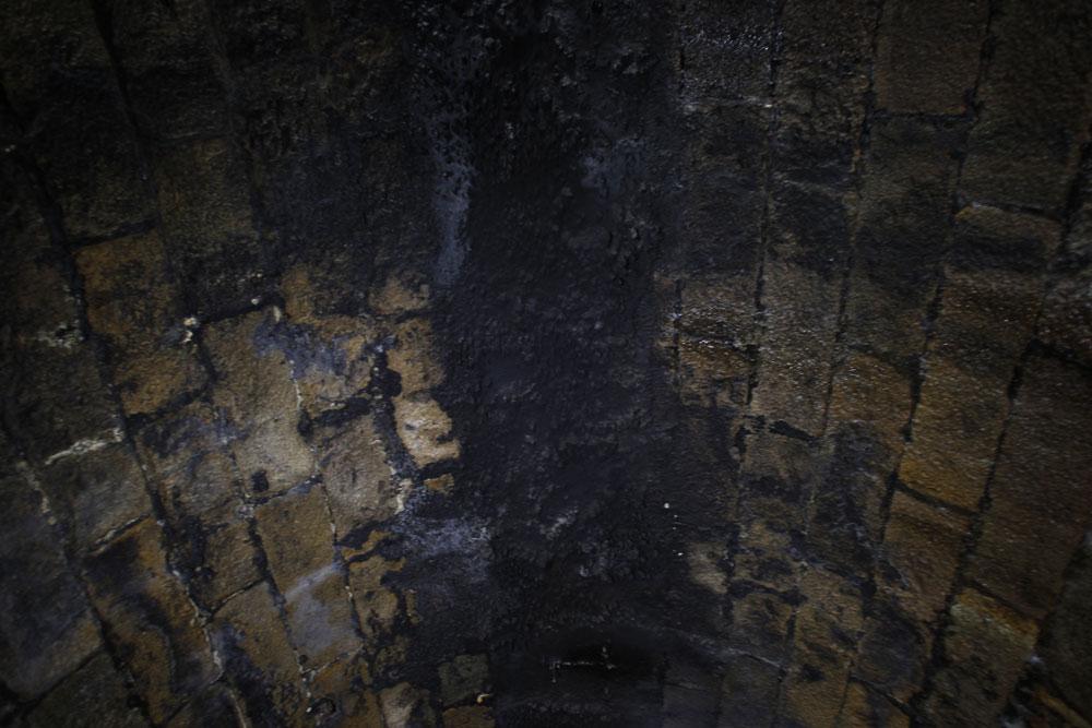 Próximo da boca do túnel ao olharmos para cima vemos blocos de pedra cobertos por uma camada de fuligem. O material, proveniente das antigas marias-fumaças, foi se acumulando ao longo de décadas. (Foto: Jonathan Campos/GP)