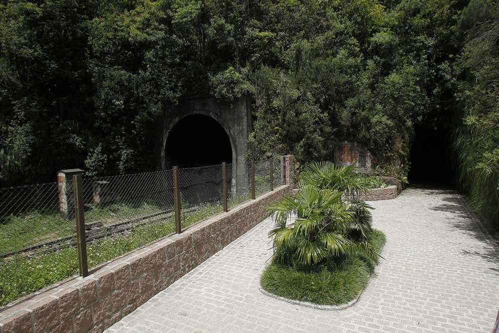 À esquerda vemos o atual túnel de Roça Nova. À direita está o antigo túnel desativado em 1969 por não comportar mais as dimensões das locomotivas. (Foto: Jonathan Campos/GP)