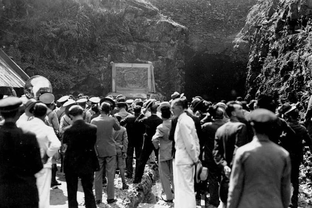 Evento inaugurando o baixo relevo que João Turin produziu em 1935 nas comemorações do cinquentenário da estrada de ferro. A peça de bronze foi colocada à esquerda da entrada do túmel de Roça Nova. (Foto: Arthur Wischral/Acervo do Instituto Histórico e Geográfico do Paraná)