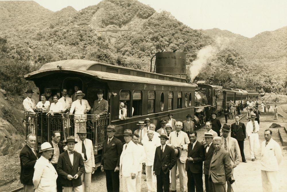 Carro de passageiros na estação Engenheiro Lange durante as comemorações do cinquentenário da ferrovia Paranaguá-Curitiba em 1935. (Foto: Arthur Wischral; acervo extinta RFFSA/IPHAN)