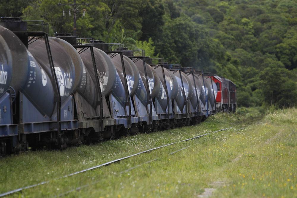 Trem de carga da ALL transportando óleo vegetal próximo do túnel de Roça Nova. (Foto: Jonathan Campos/GP)
