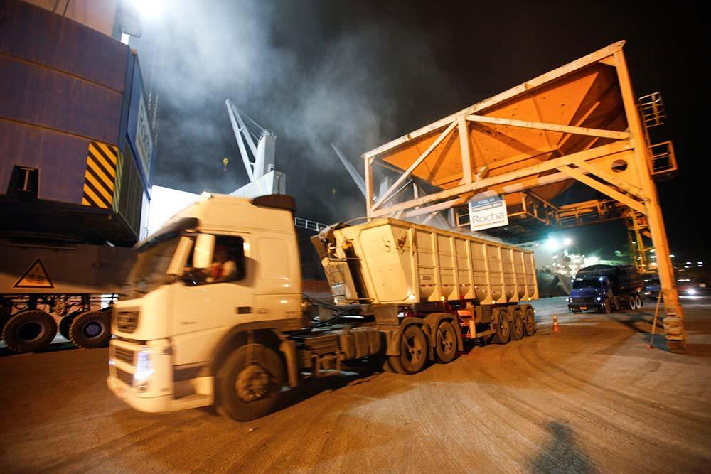 Desembarque no porto à noite: produção escoada pelas rodovias encontra seu destino. Foto: André Rodrigues / Gazeta do Povo
