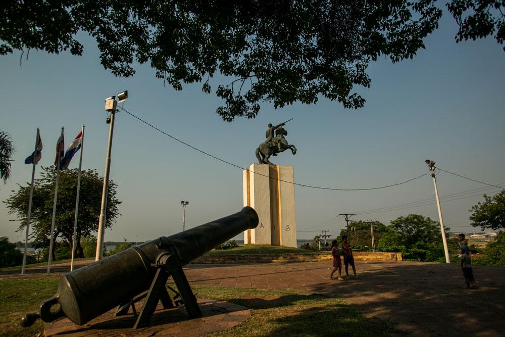Imagem - O Parque de la Victoria guarda uma estátua imponente de Solano López e dois canhões que foram utilizados na Guerra do Paraguai
