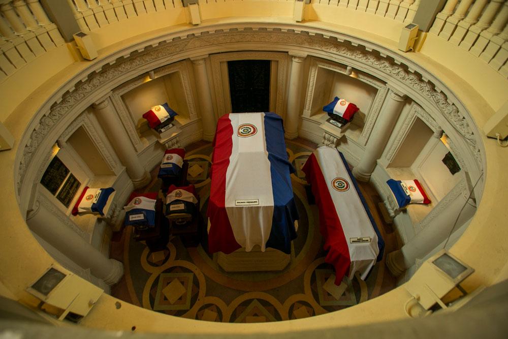 Imagem - No interior do Panteão Nacional dos Heróis há restos mortais de soldados e generais que morreram na guerra, inclusive de Solano López