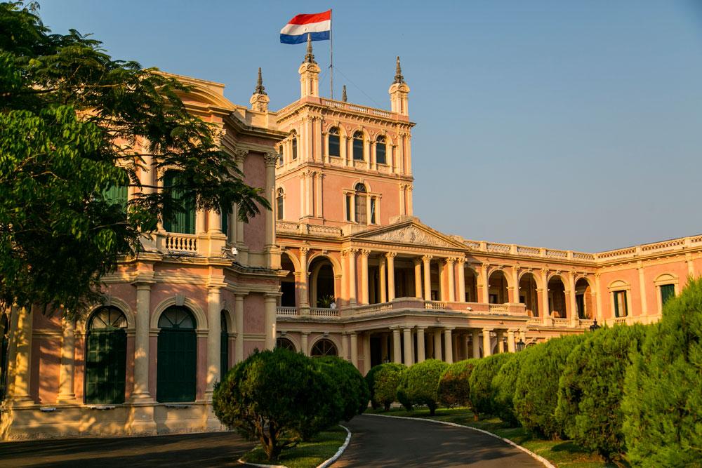 Imagem - O Palácio de los Lopez é a atual sede do governo da República do Paraguai. Foi construído por ordem do presidente Carlos Antonio López, para servir de residência para seu filho Francisco Solano López. Durante a Guerra do Paraguai tropas brasileiras invadiram o espaço.