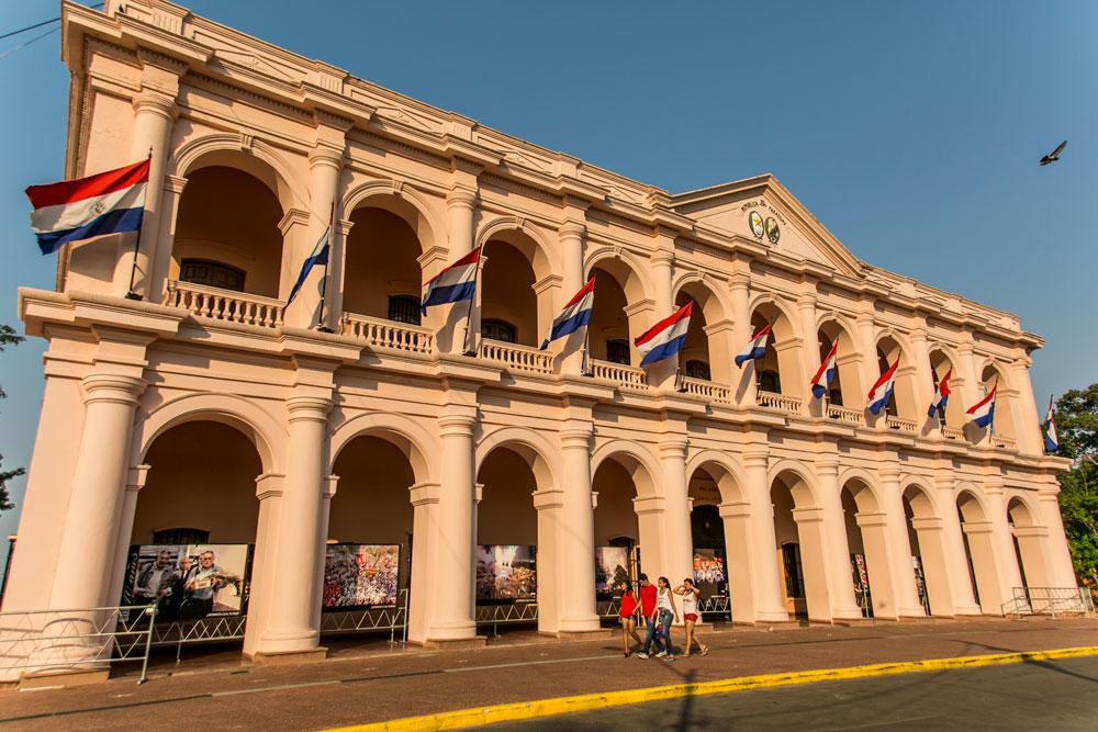 Imagem - O Cabildo é um dos edifícios históricos da Assunção. O prédio abrigou o Palácio do Governo e o Senado do Paraguai. Hoje o edifício sedia o Centro Cultural da República.