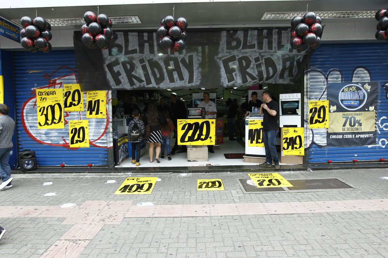 f871d7172 A equipe da Gazeta do Povo está de olho nas promoções pelas ruas de  Curitiba. Diversas lojas amanheceram com cartazes e faixas anunciando  descontos.